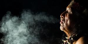 sciamano soffia il fumo